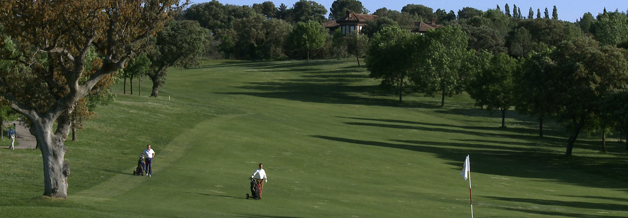 El Club de Golf del RACE es uncampo sobrio, noble, con calles anchasy largas, ideal para todo tipo de jugadores